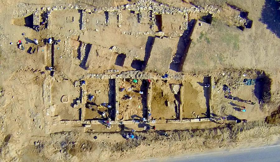 Photo aérienne du portique découvert par l'équipe de Jacques Perreault. D'après des tests de résistivité électrique, la structure se poursuivrait sur plusieurs mètres. L'image a été prise à partir d'un appareil photo attaché à un mini-hélicoptère téléguidé.