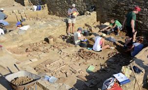 Des étudiants en stage tentent de remettre en place les multiples fragments de tuiles qui recouvraient le sol de cette boutique du portique d'Argilos