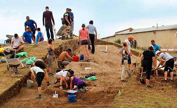 À l'automne 2013, à l'initiative de Jacques Perreault, 18 étudiants ont participé à un séjour de 10 semaines en Bulgarie, en Turquie et en Grèce. Les étudiants ont acquis une expérience sur le terrain en faisant notamment des fouilles sur le site thrace de Botevo, en Bulgarie.