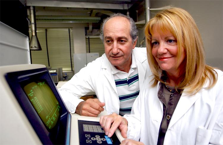 Joseph Zayed, dans son laboratoire, en compagnie de Lise Gareau, technicienne.