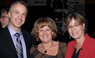 Francine Ducharme entourée des deux autres finalistes du Prix reconnaissance Nicolas-Zay, Philippe Voyer (Université Laval) et Paule Lebel.