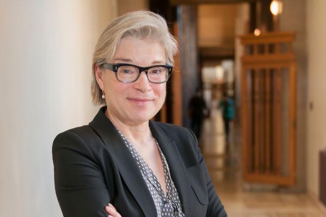 Mme Cormier dans le Hall d'honneur du Pavillon Roger-Gaudry de l'Université de Montréal.