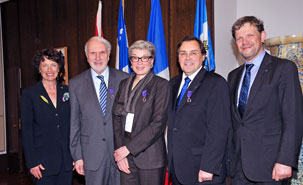 De gauche à droite: Louise Roy, Chancelière de l'UdeM; Joseph Hubert et Monique Cormier, professeurs honorés; Guy Breton, Recteur de l'UdeM et Nicolas Chibaeff, Consul général de France à Québec .