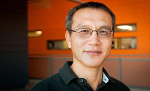 Le Dr Zhu lors d'une entrevue accordée aux journalistes du Journal Forum de l'Université de Montréal en 2014. - © Université de Montréal