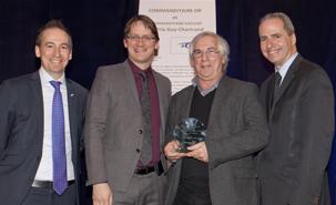 De gauche à droite : Sylvain Gaudreault, ministre des Transports, Gérard Beaudet et Pierre Cardinal, président de Transport 2000 Québec.