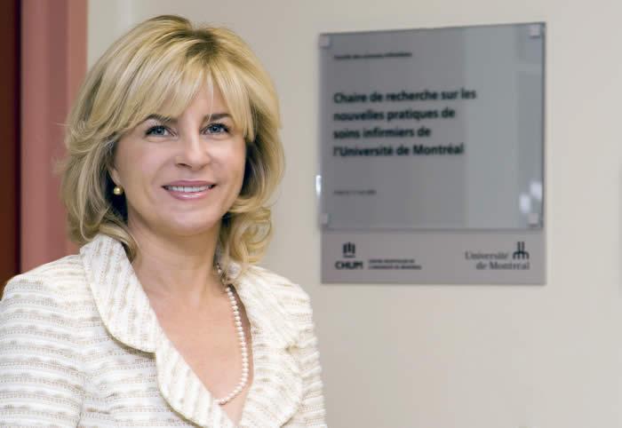 Mme Côté devant les locaux occupés par Chaire de recherche sur les nouvelles pratiques de soins infirmiers au Centre de recherche du CHUM.