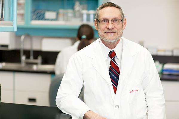 Stanley Nattel dans son laboratoire de l'Institut de cardiologie de Montréal. - ©2014Université de Montréal