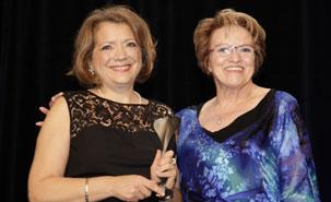 Ce prix prestigieux, remis aux scientifiques dont le parcours est empreint d'excellence et de réalisations professionnelles des plus remarquables, souligne l'ensemble de la carrière de Dre Belleville. A gauche, la lauréate, Sylvie Belleville.
