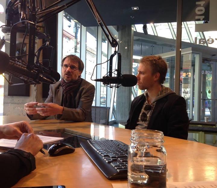 Philippe Gauthier et Sébastien Proulx, étudiant au doctorat en Aménagement, lors d'une entrevue accordée à Violaine Ouellette dans le cadre de l'émission À échelle humaine qui se penche sur le milieux de l'économie sociale et qui est diffusée à la station CIBL FM.