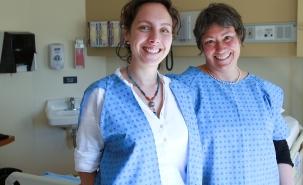 Noémi Marquis (étudiante) et Denyse Roy portant chacune une moitié de la jaquette DUO, qu'elles ont créée en 2010.