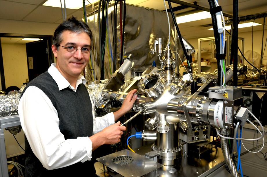 Le laboratoire où travaille Richard Martel possède plusieurs appareils extrêmement sophistiqués, tel ce microscope permettant d'observer les nanotubes de carbone.