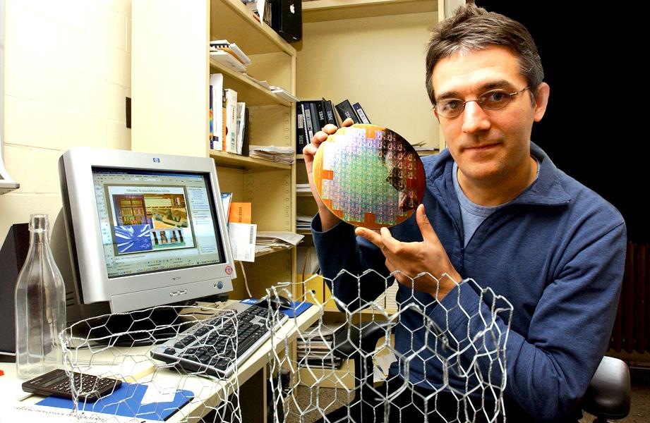 Grâce à une subvention d'une chaire de recherche du Canada obtenue en 2003 par la Fondation canadienne pour l'innovation, ce chercheur de l'infiniment petit a regagné le Québec après sept années passées au prestigieux IBM T. J. Watson Research Center, dans l'État de New York.