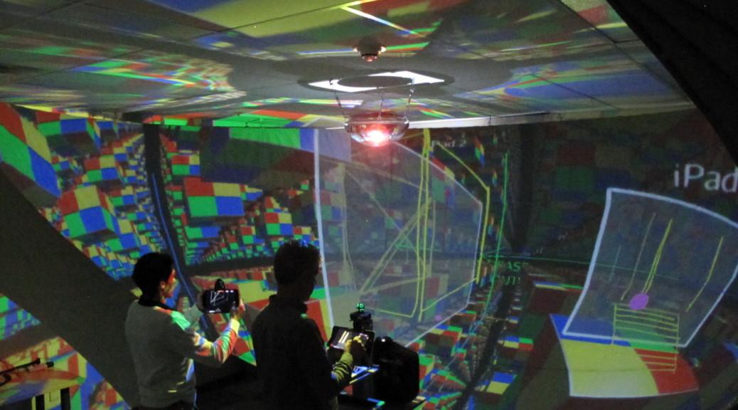 Hyve-3D est une nouvelle interface des plus réalistes qui permet d'effectuer des esquisses 3D de façon collaborative. Les utilisateurs dessinent sur des tablettes portatives et peuvent ensuite se servir de celles-ci pour manipuler les esquisses et créer un modèle en 3D dans l'environnement virtuel. - © Hyve-3D