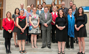 12 professeurs, chargés de cours et auxiliaires d'enseignement ont été récompensés par les Prix d'excellence en enseignement 2014. Marie Alderson, en rouge, à la droite du recteur Breton. - © Université de Montréal
