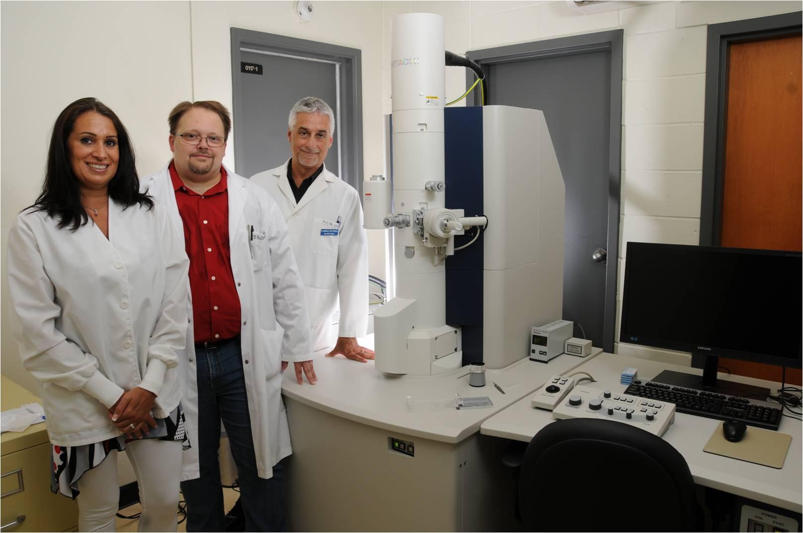 Nouvelle infrastructure de microscopie électronique à transmission (Laboratoire de pathogenèse des maladies infectieuses animales (LPMIA); Financement: FCI). De gauche à droite: Mariela Segura, Carl A. Gagnon, Marcelo Gottschalk.