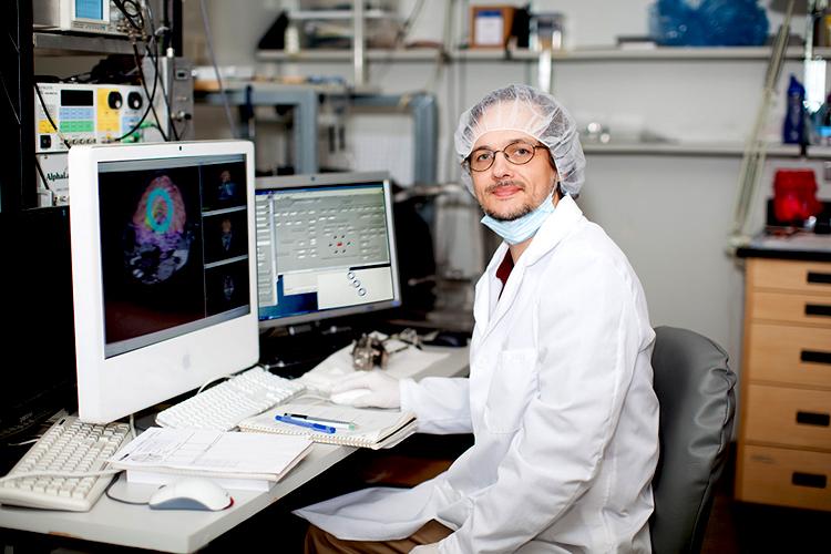 Dr Cisek dans son laboratoire de l'Université de Montréal. - © 2014 Université de Montréal