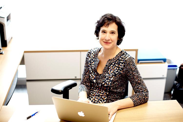 Marie-Hélène Mayrand dans les bureaux du CRCHUM - © 2014 Université de Montréal