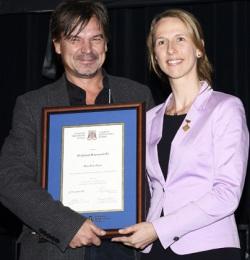 Le lauréat en compagnie de la Présidente du Collège québécois des médecins de famille (CQMF), la Dre Dominique Deschênes, lors de la cérémonie de remise des Prix d'excellence qui a eu lieu le 28 novembre 2013 au Centre des congrès de Québec (Québec). - © CQMF