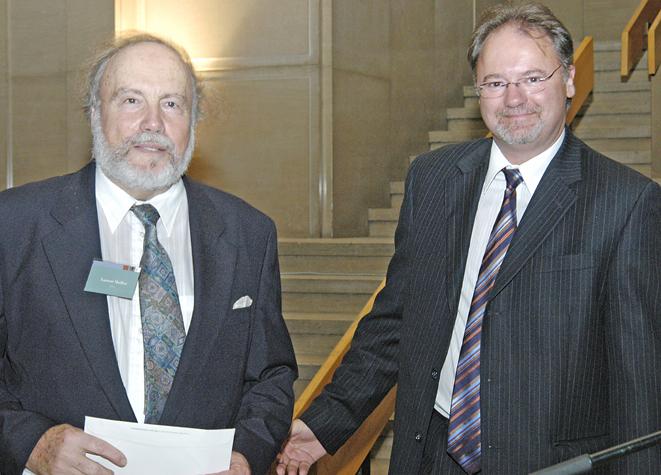 Laurent Mailhot en compagnie d'Alain Leduc, de l'imprimerie Transcontinental, lors de la remise du prix de la revue Études françaises pour sa prose sur les prosateurs.