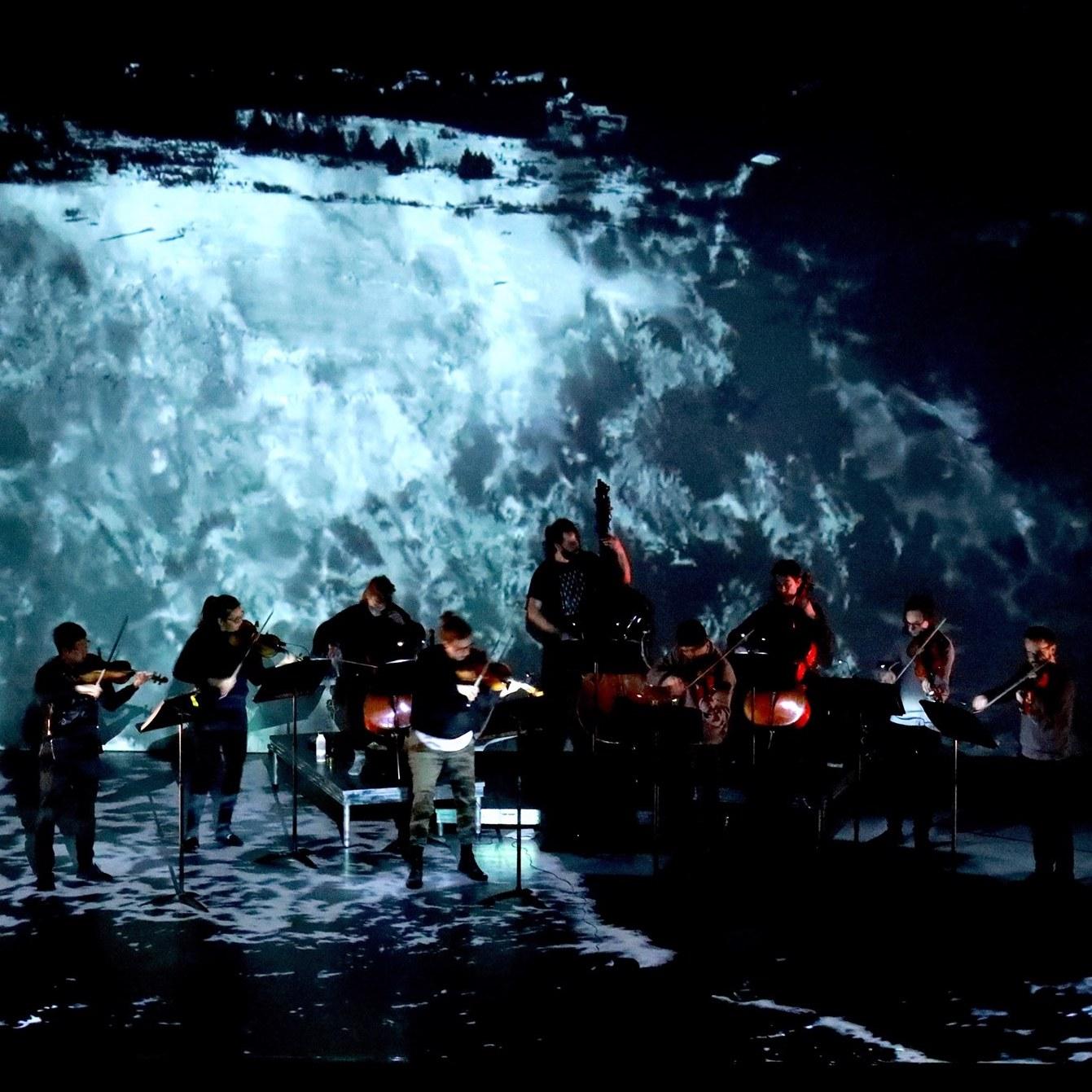 Pièce pour l'ensemble collectif9 (9 cordes, vidéo), de Myriam Boucher et Pierre-Luc Lecours.