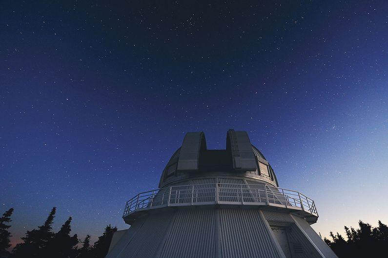 Inauguré en 1978, l'Observatoire du Mont-Mégantic accueille des spécialistes et des étudiants des universités de Montréal, McGill, Laval et Bishop's, réunis au sein de l'Institut de recherche sur les exoplanètes.
