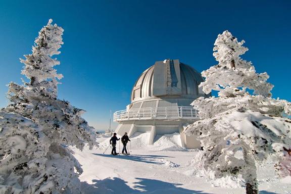 Pôle d'innovation technologique de calibre mondial, l'OMM poursuit depuis 1978 une mission de recherche de pointe en astronomie, ainsi que de formation et de promotion de l'astronomie auprès du grand public. - Crédit : CRAQ
