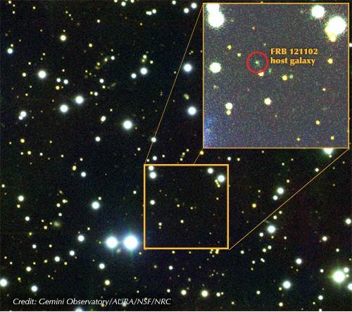 Pour la première fois, des astronomes ont repéré la galaxie hôte d'un sursaut radio rapide (SRR). Les scientifiques disposent ainsi d'un élément de plus pour déterminer la cause de ces ondes radioélectriques puissantes, mais fugaces. Ces impulsions de quelques millisecondes seulement intriguent les astrophysiciens depuis leur découverte, il y a une dizaine d'années. - Crédit : Gemini Observatory