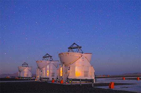 Trois des télescopes de 1,8 m du Very Large Telescope Interferometer de l'Observatoire européen austral au Chili.