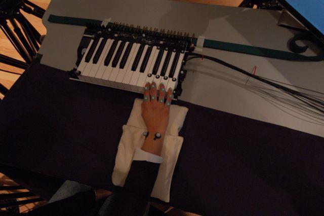 Un chercheur fait l'essai du système de caméras de capture des mouvements dans le cadre d'une étude sur un clavier - © CIRMMT