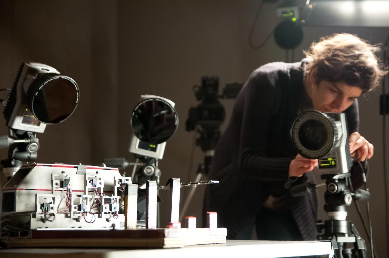 La chercheuse Carolina Medeiros ajuste une caméra de capture des mouvements dans le cadre de son étude sur une règle vibrante