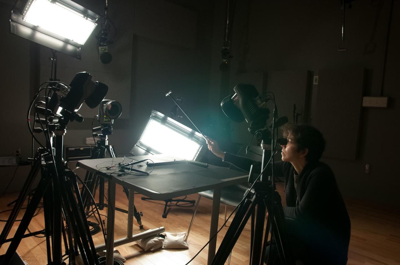 La chercheuse Carolina Medeiros fait l'essai du système de caméras de capture des mouvements dans le cadre de son étude sur une règle vibrante - © CIRMMT