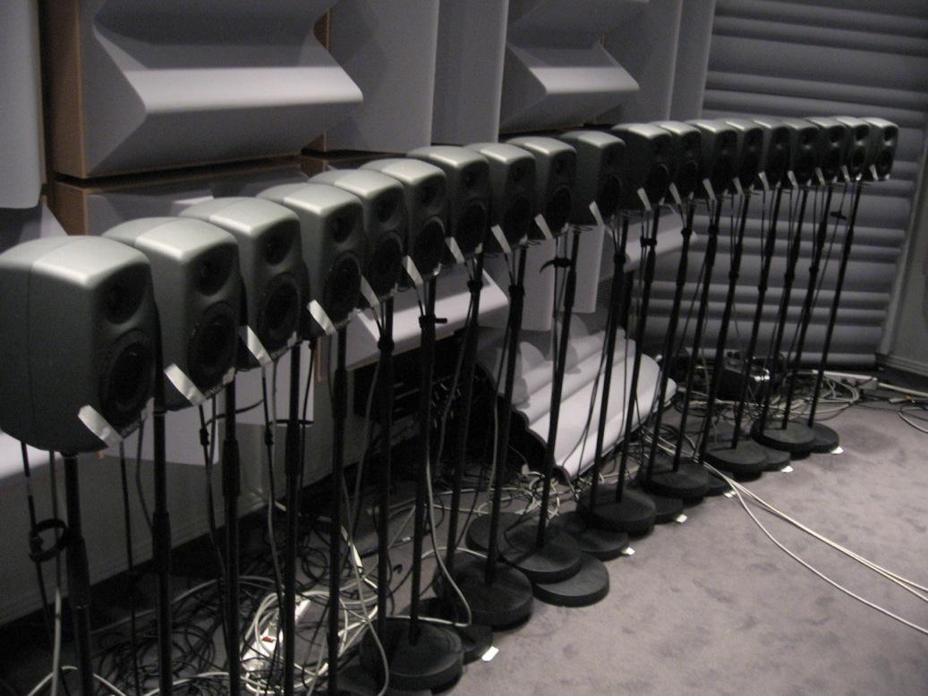 Un ensemble d'enceintes acoustiques au Spatial Audio Lab