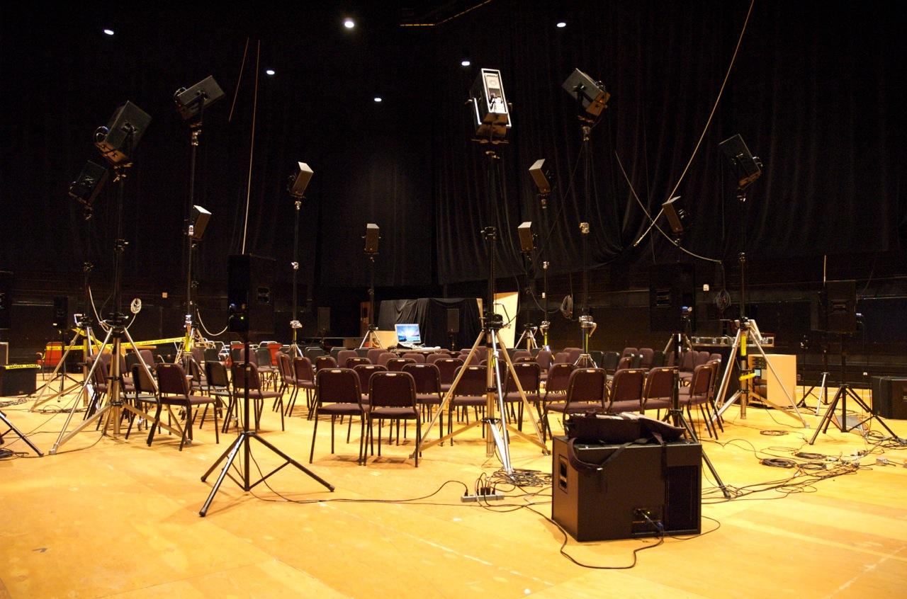 """Un concert de """"The Virtual Haydn"""" est en préparation à la salle multimédia, où 24 enceintes acoustiques créent un environnement acoustique virtuel - © CIRMMT"""