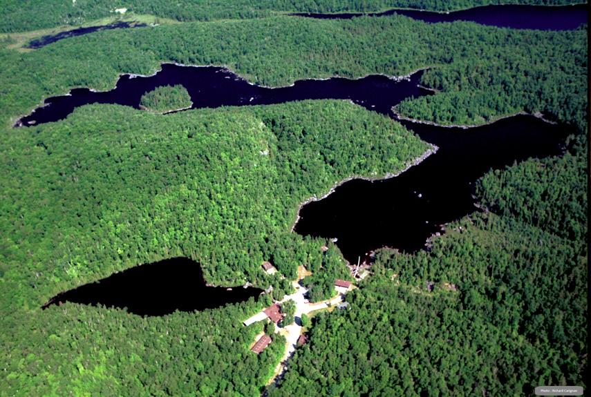 La Station de biologie des Laurentides est située à 75 km au nord de Montréal, au cœur des Basses Laurentides, sur un terrain montagneux caractéristique du Bouclier canadien. On y trouve une quinzaine de lacs ainsi que plusieurs marécages et tourbières drainés par environ 50 km de ruisseaux.