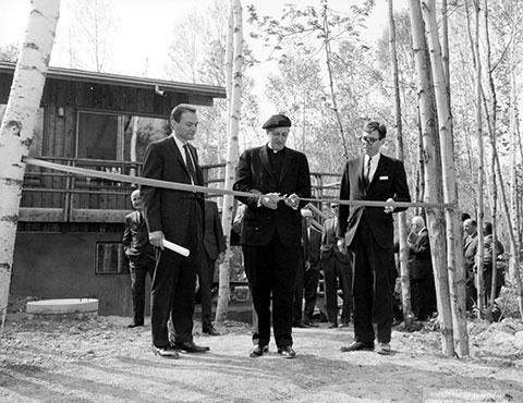Inauguration de la Station de biologie en 1965. De gauche à droite : Pierre Jolicoeur, directeur intérimaire de la Station de biologie; Mgr Irénée Lussier, recteur; Henri Fabre, doyen de la Faculté des sciences.