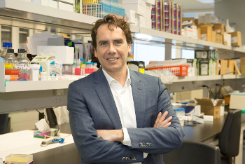 Un médicament prometteur qui vise à stopper l'évolution de la sclérose en plaques pourrait bientôt voir le jour grâce à une découverte d'une équipe du Centre de recherche du Centre hospitalier de l'Université de Montréal (CRCHUM). Dr Pratt, dans son laboratoire, mai 2015. - © CRCHUM